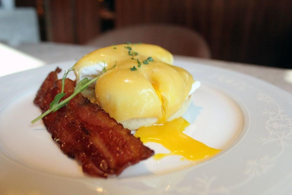 maison-eight-brunch-eggs-benedict