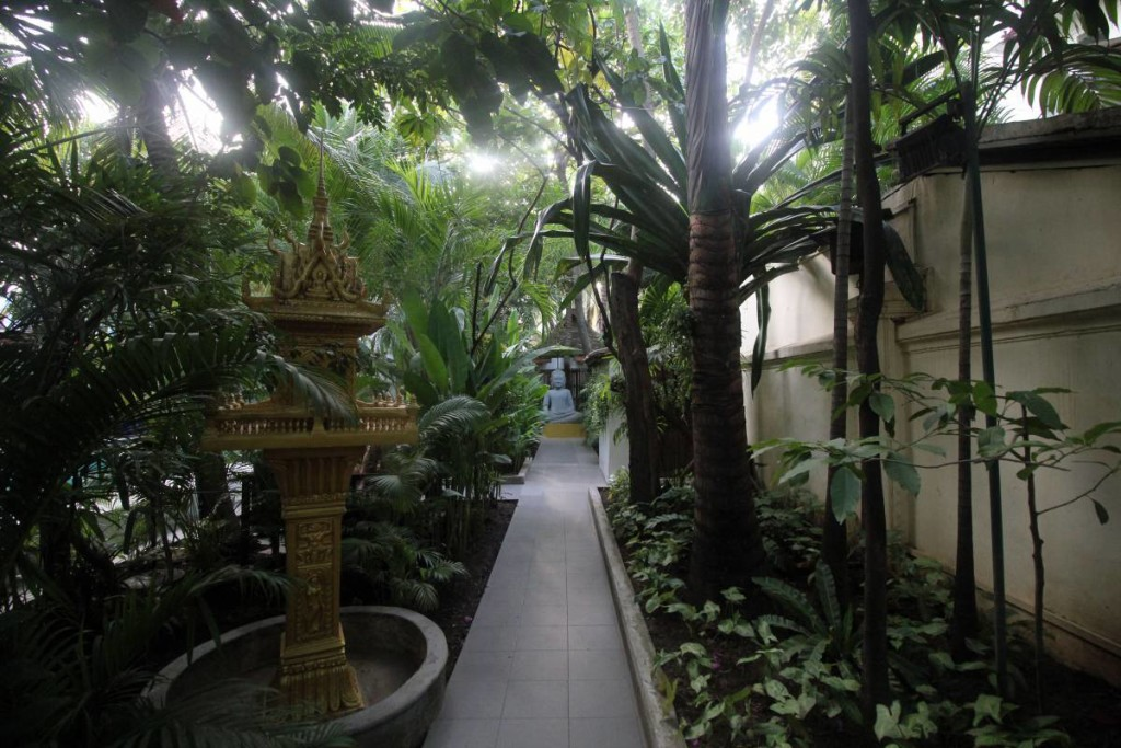 pavilion hotel phnom penh - walkway