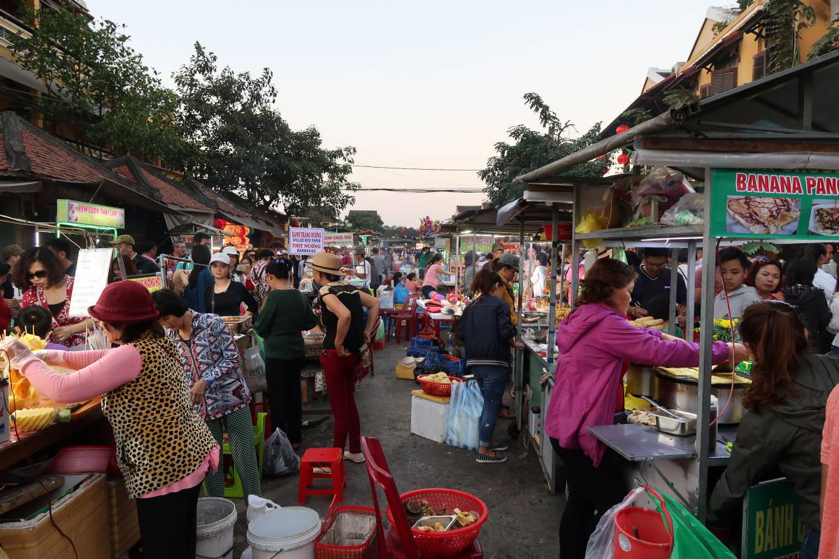 Hoi An Night Market: Delicious sweets and plenty of souvenirs